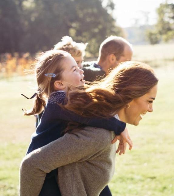 凯特王妃背着夏洛特公主奔跑,母女同款表情如复制粘贴,女王喜欢