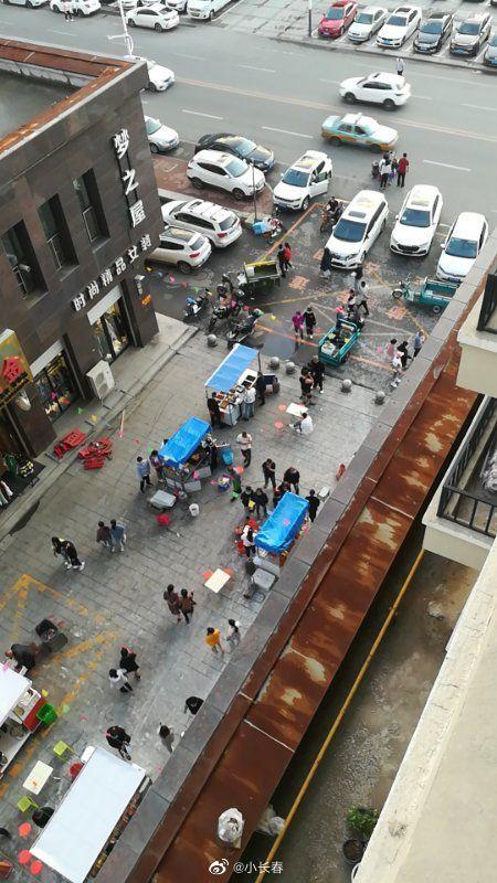 网友爆料:吉林德惠市住邦小区的物业在住邦小区的居民楼下开夜市