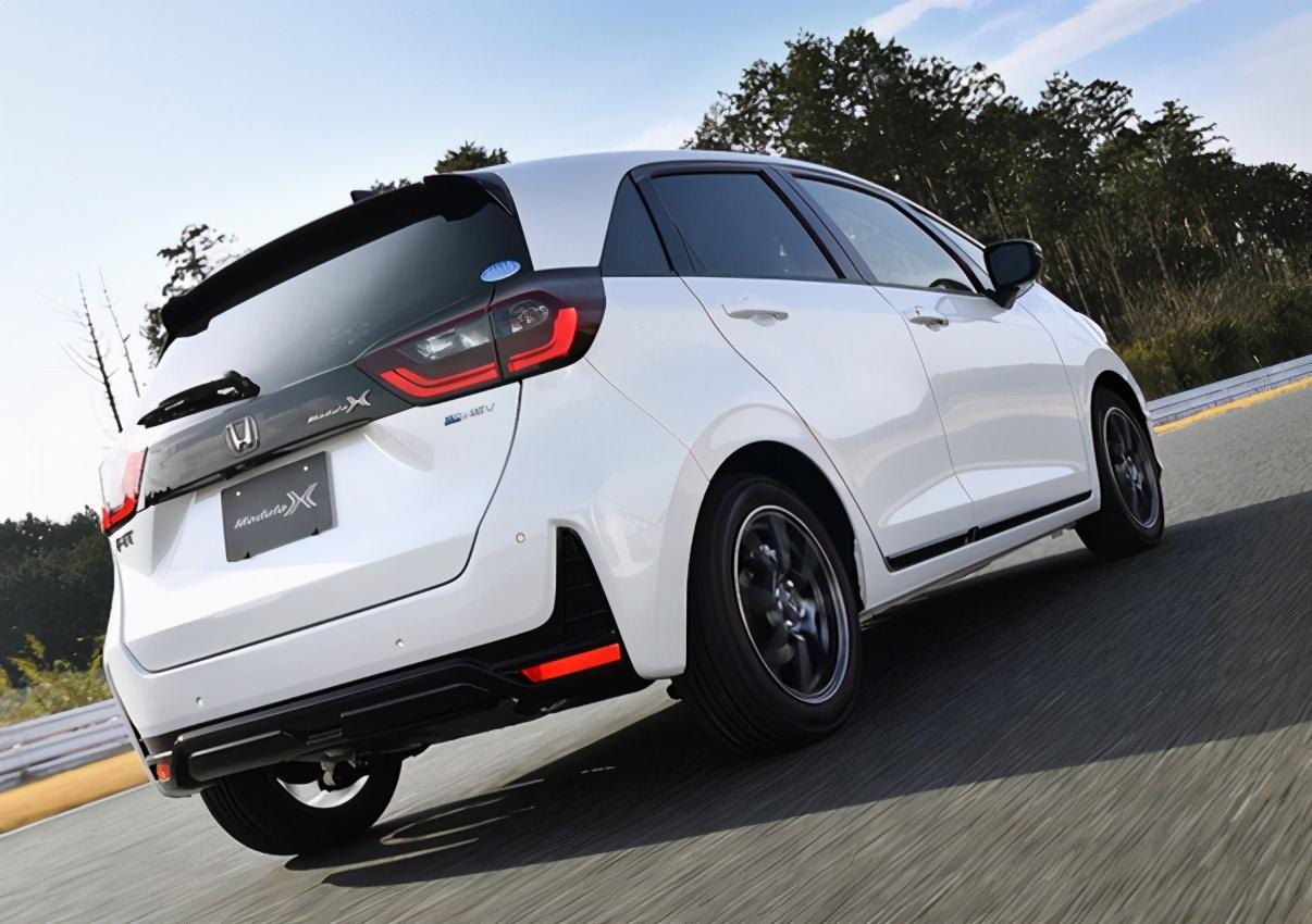 本田飞度运动版亮相!1.5混动+CVT,预售10万,犀利外观真帅气