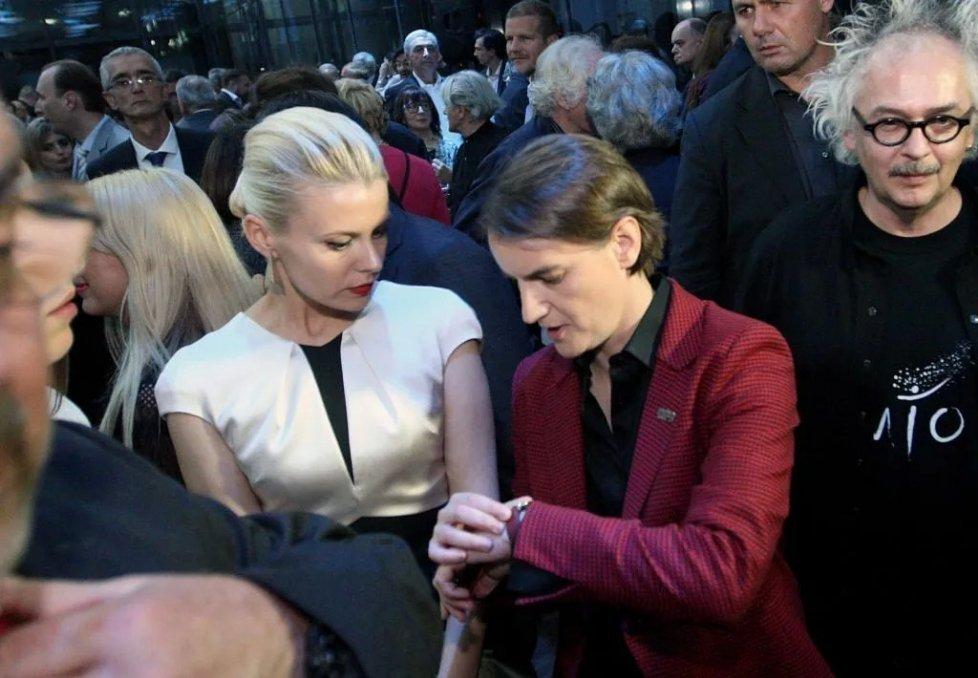 塞尔维亚女总理安娜·布纳比奇与金发妻子米丽卡·杜尔季奇