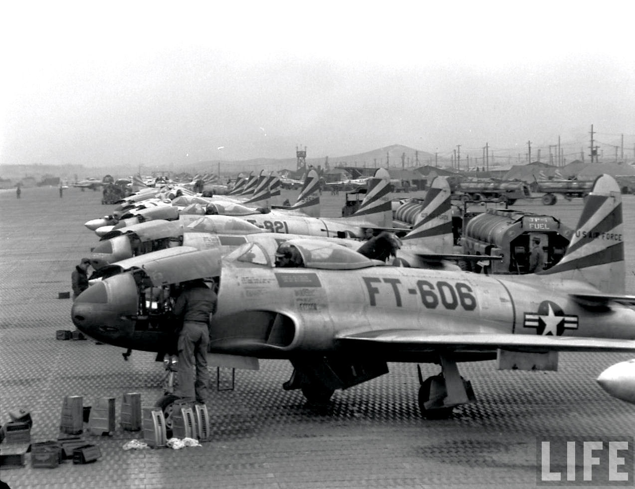 为韩国水原空军基地的美国空军战斗轰炸机的第8航空集团的F-80流星战