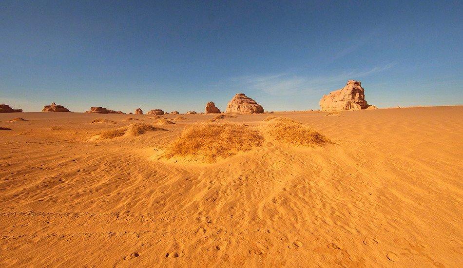 敦煌雅丹国家地质公园以其独特的大漠风光、形态各异的地质奇观、古老