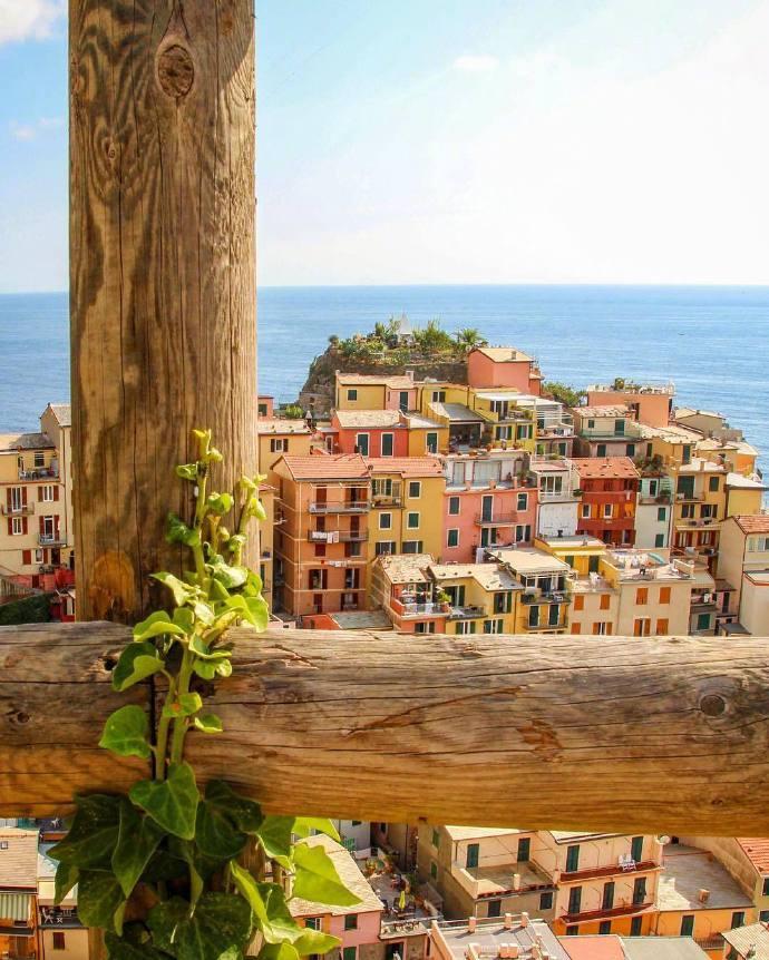 意大利沿海小镇 悬崖上的马纳罗拉。