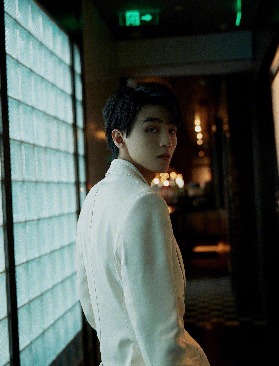 王俊凯米色西装尽显优雅风范,于闪耀瞬间遇见撷光少年,锋芒来袭!
