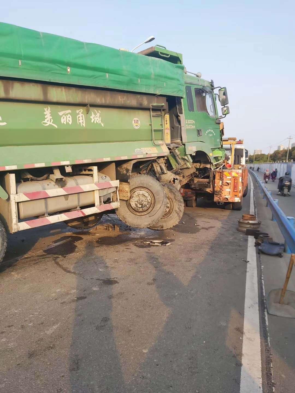 网友投稿:工程车突发事故占据两个车道鄞县大道自东往西车道大堵车