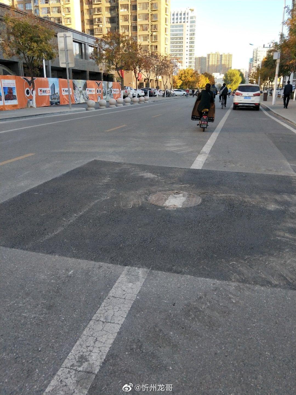 忻州:公园西街南巷杏林花园门口井盖凸起