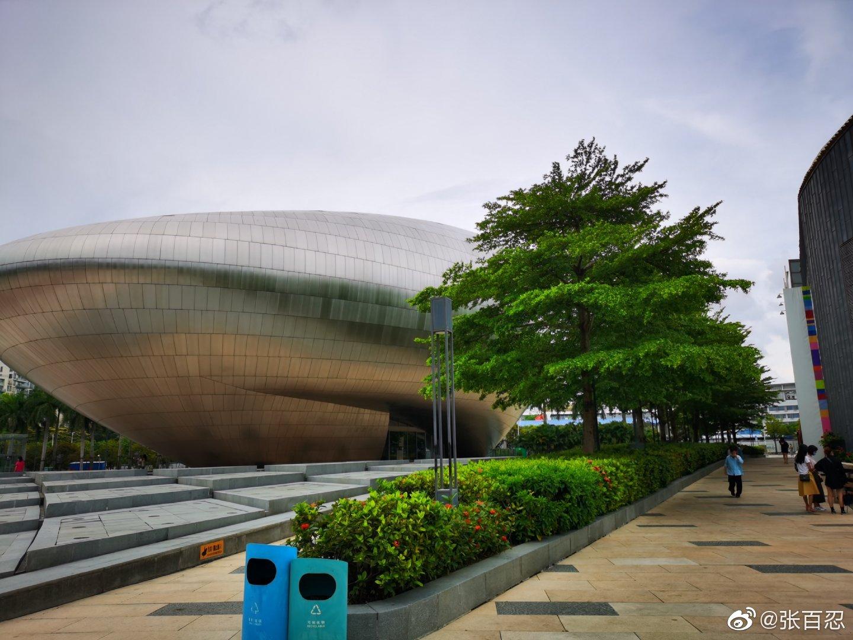 参观一下华侨城在深圳前海著名的欢乐海岸商业地产项目,天比较热