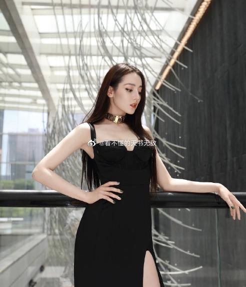 热巴出席2020腾讯视频年度发布会,一袭黑色高开叉吊带裙