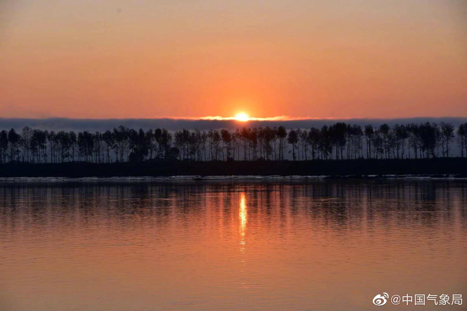 淸晨,辽宁丹东鸭绿江畔,远处云雾翻涌流动
