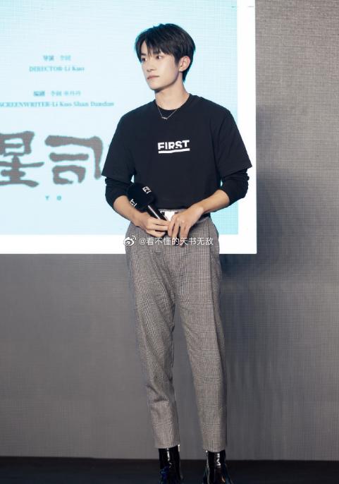 """""""一号人物"""" 易烊千玺出席第14届FIRST青年电影展电影市场颁奖礼"""