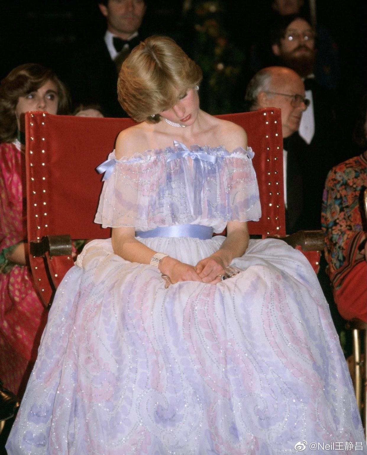 第一张图是戴安娜王妃1981年在参加V&A博物馆晚宴时睡着了被拍下的经