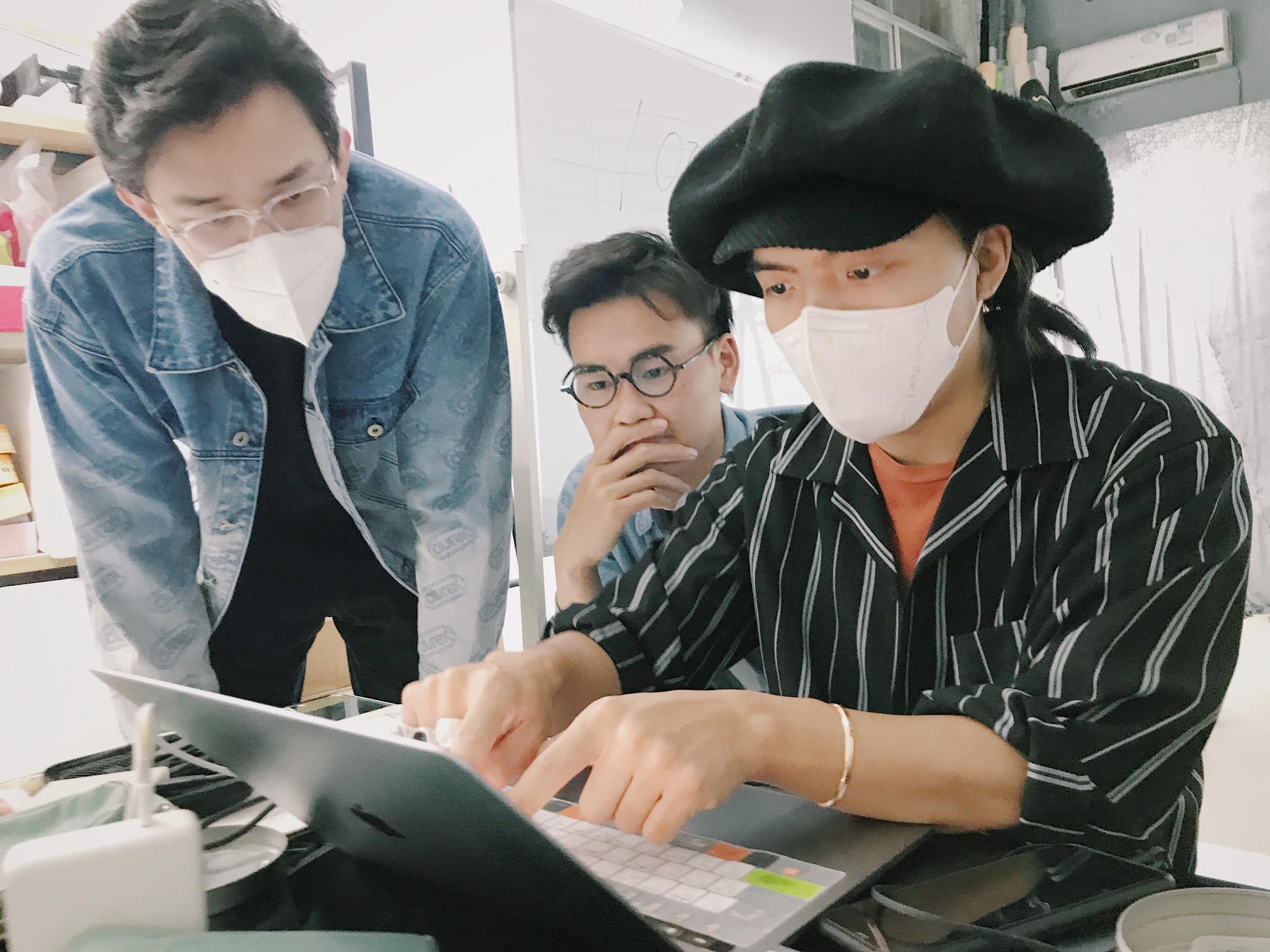今天是修皮肤的课程,然而@陳大梨呀 在旁边学习用ipad修图