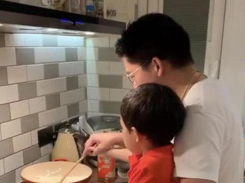 霍启刚带着儿女下厨曝光家居环境,厨房小且接地气没有豪宅气息