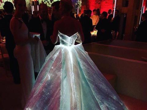 2016 Claire Danes这条Zac Posen打造的礼裙让她穿上变成整个黑夜唯一