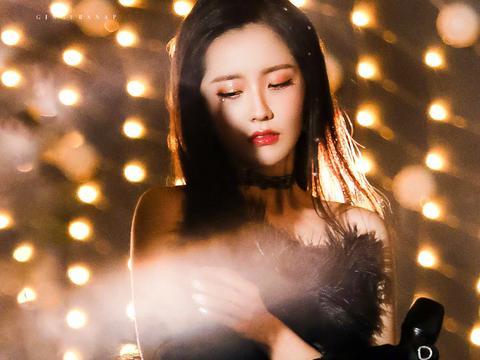 王艺瑾星光点缀头饰加羽毛黑裙,优雅大方