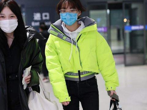 闫妮女儿邹元清罕见走机场,瘦成麻杆腿比妈妈还细,素颜刘海凌乱
