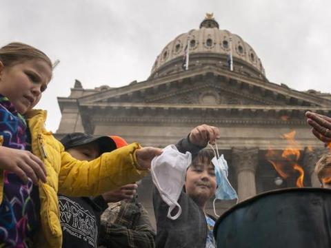 国际早报|美国示威者烧口罩抗议 韩国数千人接种疫苗出现不良反应