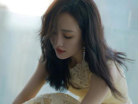 王鸥穿黄色蕾丝连衣裙 长发披肩温婉知性