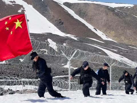 穿戈壁、爬雪山……一节节的边防路民警上演夏季踏雪巡边