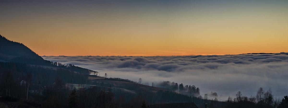 晨光中,挪威内陆古老村庄布兰德布的森林已经换上秋天的颜色