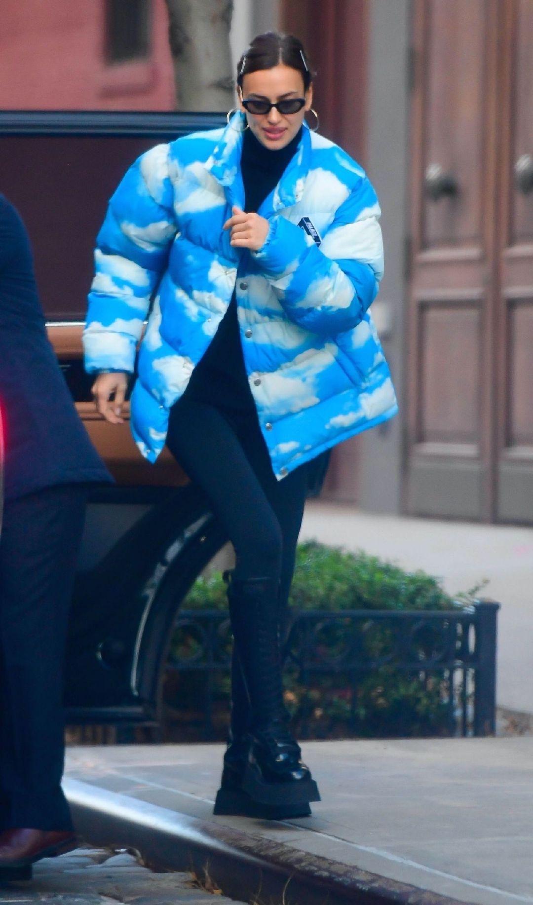 伊莉娜·莎伊克(Irina Shayk)身穿风云印花羽绒外套-纽约11/24/2020