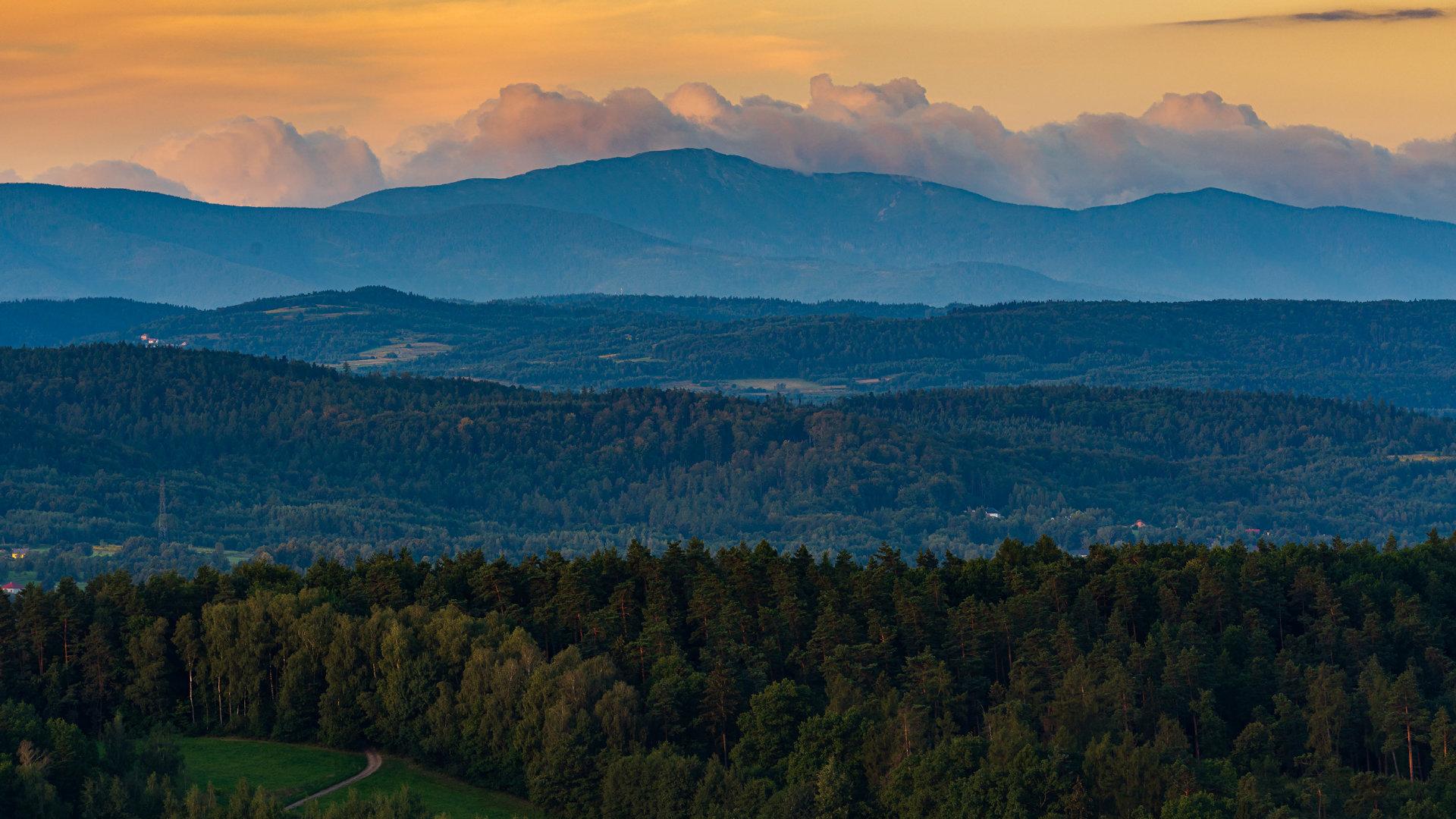 波兰克拉科夫郊外,日出晨光随群山起伏沿着塔特拉山脉蔓延