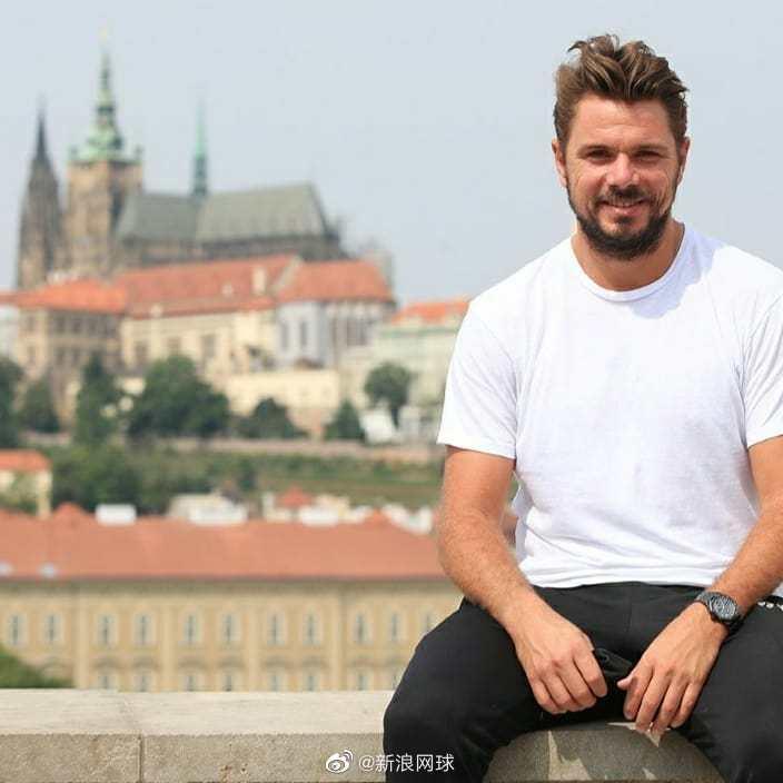 瓦林卡抵达布拉格准备挑战赛,接受卡-普利斯科娃丈夫的采访