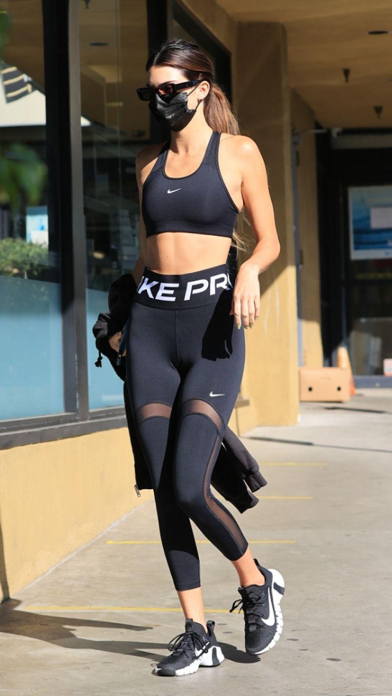 肯德尔·詹纳(Kendall Jenner)在西好莱坞的Earth Bar2020年10月27日