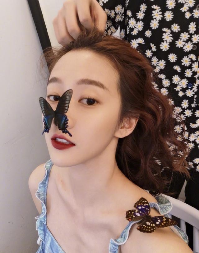 刘美含新穿搭仙气,俏皮甜美似蝴蝶精灵,衣品上升颜值翻倍