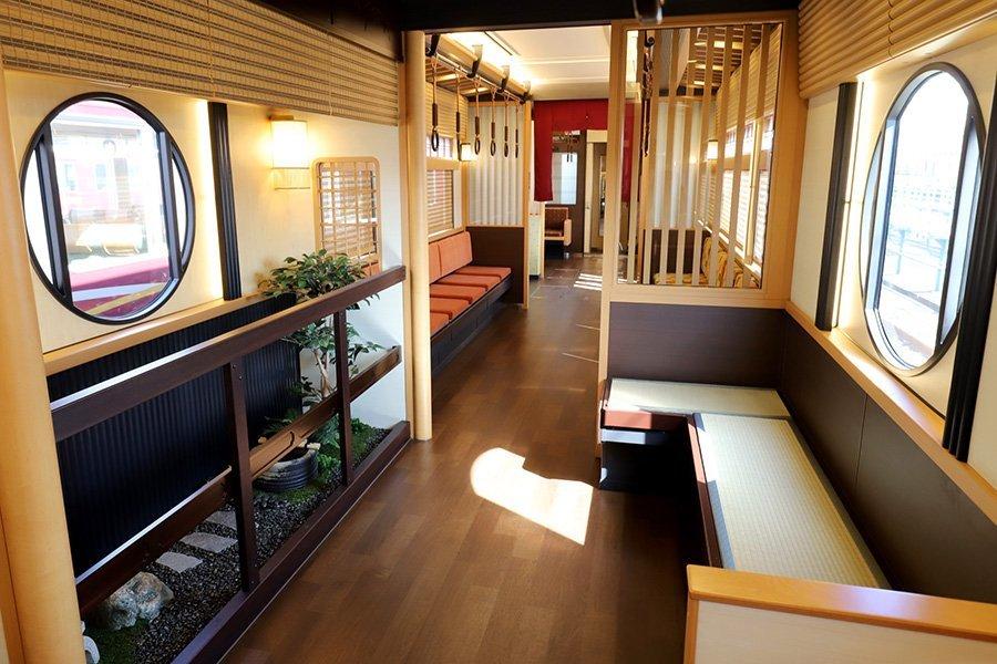 """这辆""""日式庭院版""""观光列车,往返于大阪梅田和京都河原町之间"""