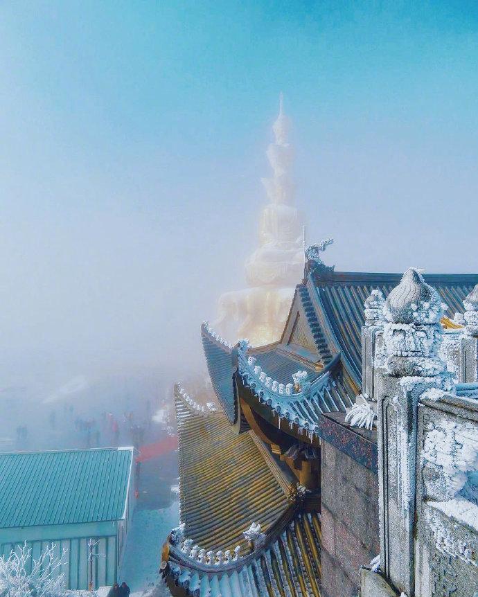 峨眉山 云拥半岭雪,花吐一溪烟!