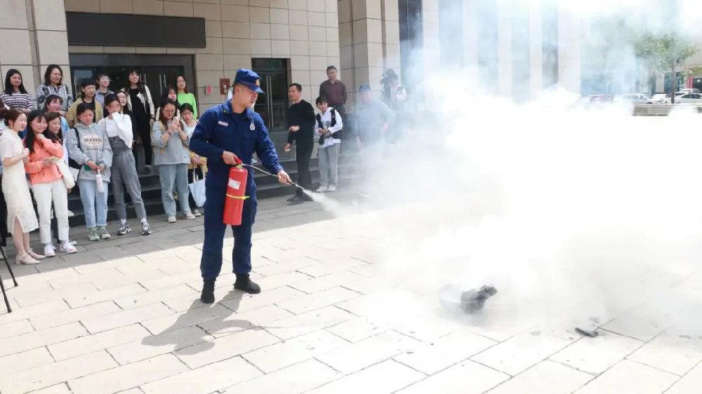人文科技学院开展消防安全知识讲座及灭火演练