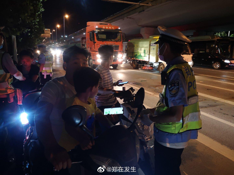 郑州交警夜查非机动车违法行为:一次罚款20元
