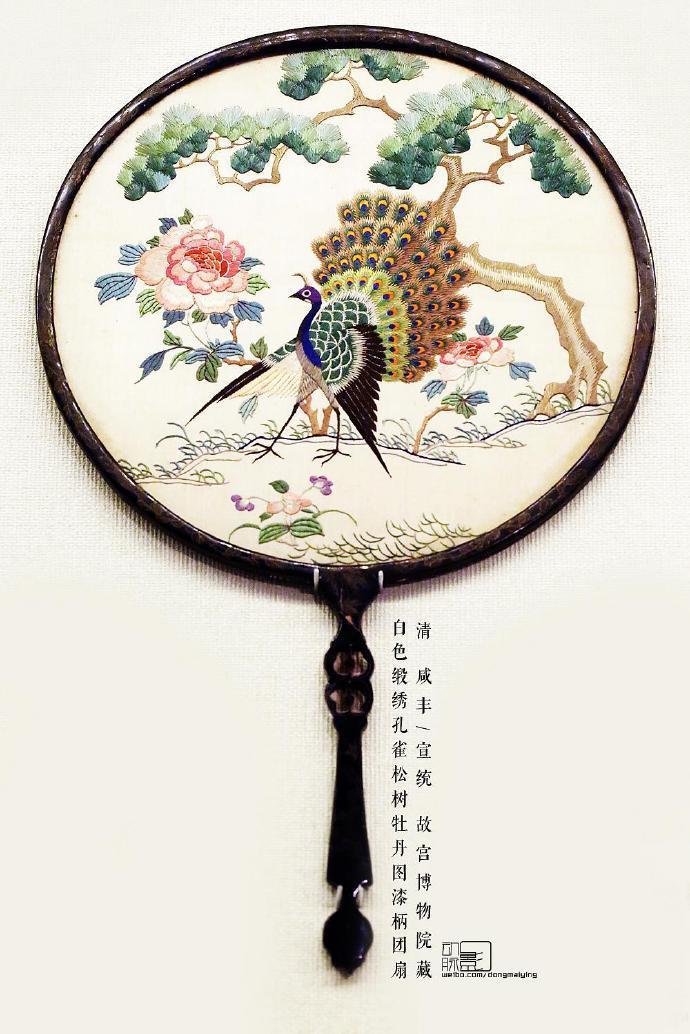 清廷宫扇用了缂丝这种工艺。缂丝是中国传统丝织工艺品种之一