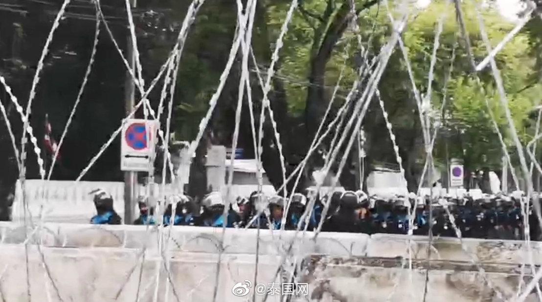 泰国集会持续进行中 抗议者转移阵地至总理府