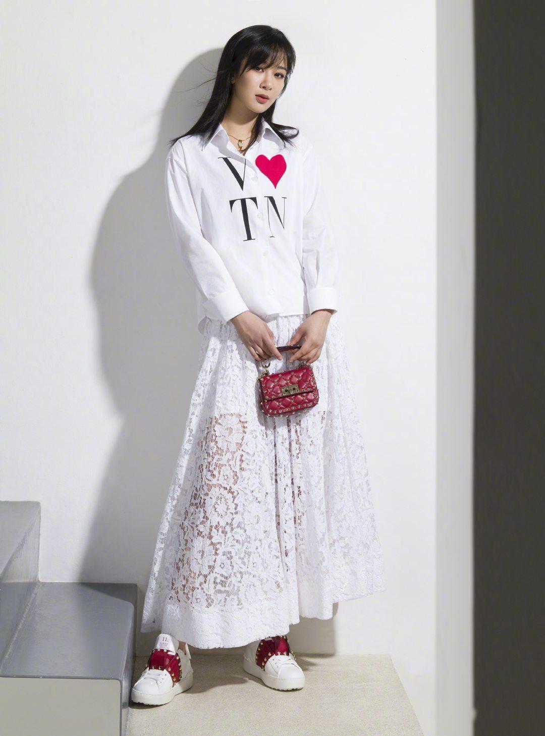 杨紫 & 杨洋Valentino 七夕限定系列大片 简约大气的甜蜜风格。♥️