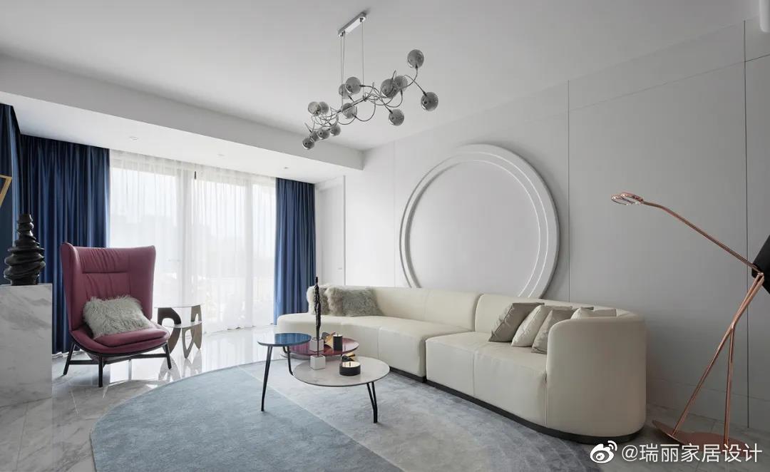灰白两色作为自带滤镜与美颜效果的高级色