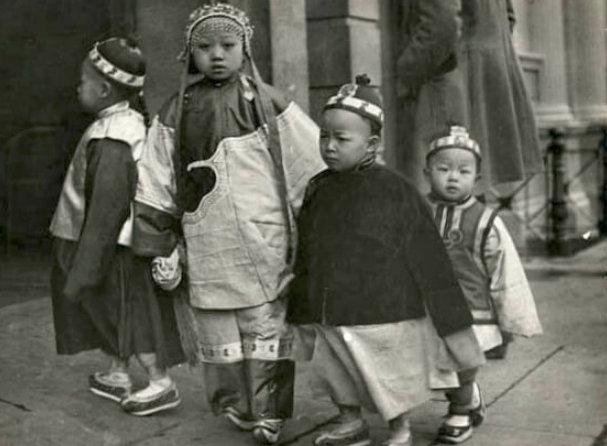 清末在三藩市(旧金山)唐人街的中国移民的孩子。