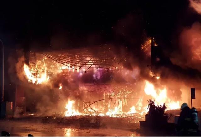 台湾高雄大楼深夜陷火海 整栋楼被大火吞噬现场哀嚎不断 高雄第一鬼楼突发大火最新消息