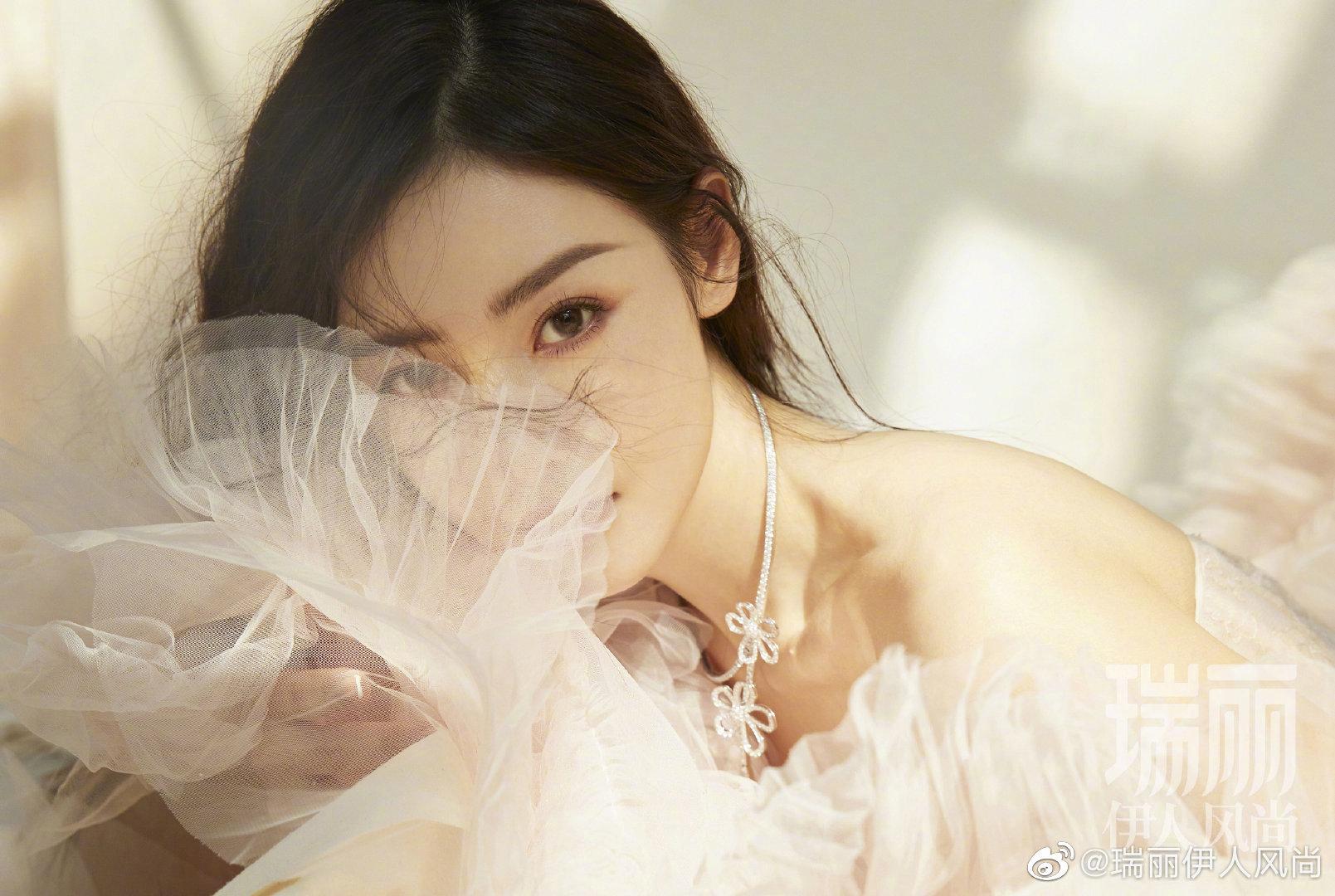 张天爱x 瑞丽伊人风尚6月刊|一袭薄翼轻纱,落入点点繁花💐