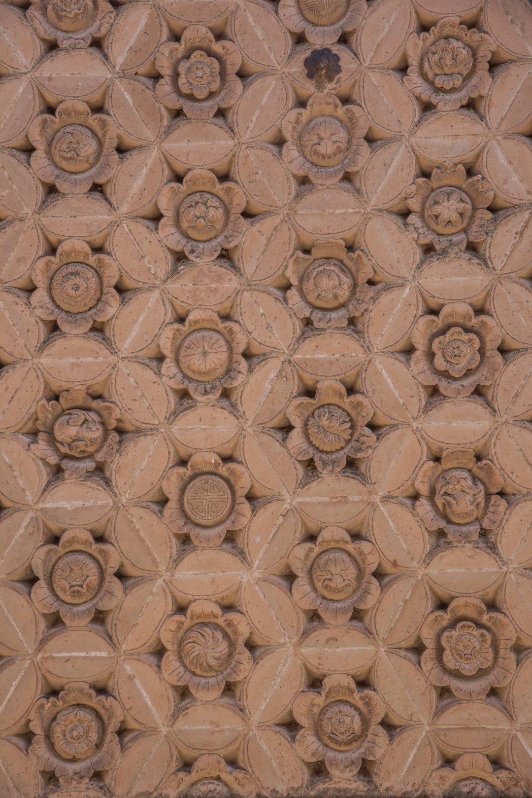 青海洪水泉清真寺的砖雕百花照壁,墙面上有数百朵砖雕的花