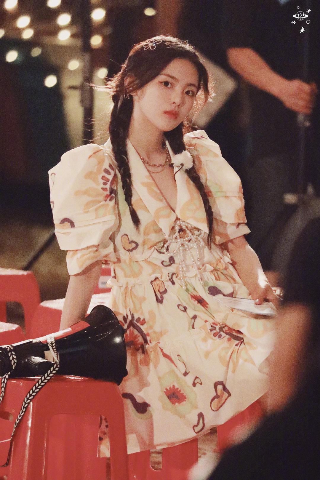 杨超越|一则私服分享✨珍珠蝴蝶结宫廷袖百褶连衣裙下搭白色钻扣凉鞋