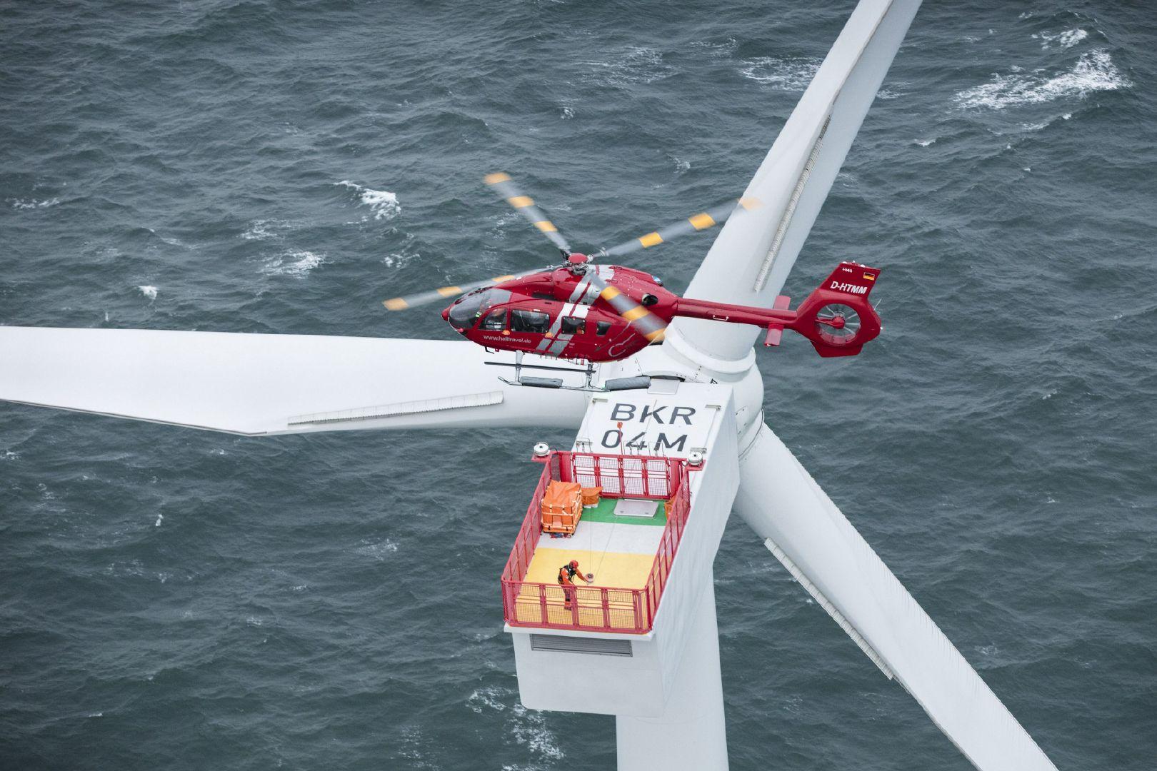带感。H145维护海上风电塔。