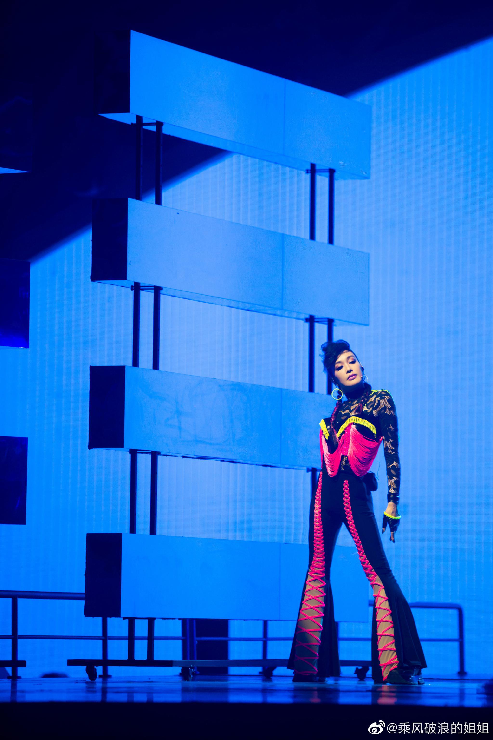 复古朋克风的雅雅姐@钟丽缇Christy ,舞台上随便一站