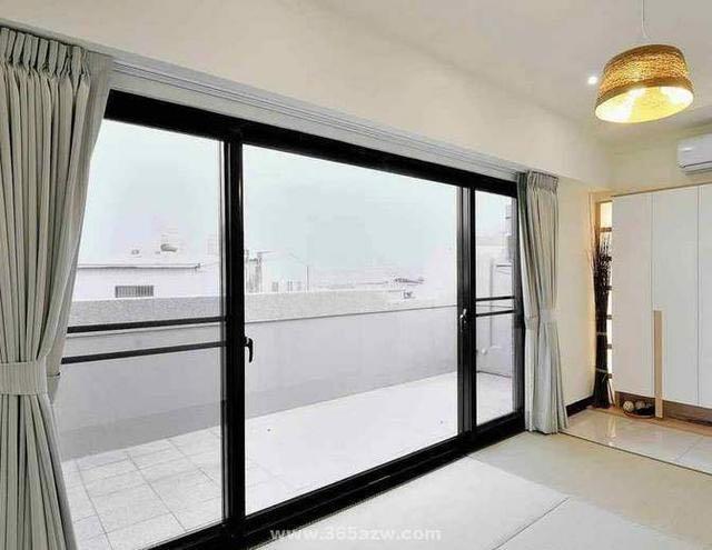 阳台与客厅之间要安装推拉门吗?装修时不听劝,入住后后悔了!