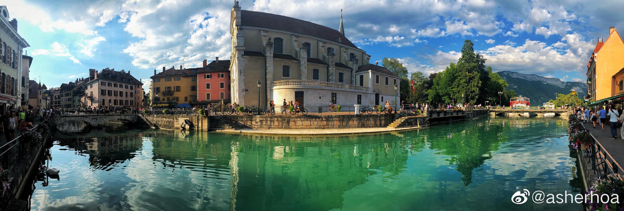 法国东部萨瓦省省会阿讷西(Annecy)位于阿尔卑斯山阿讷西湖北岸