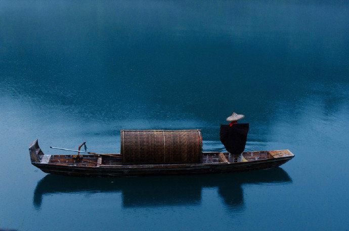 镜中看竹树,人地总神仙。白玉长堤路,乌篷小画船。