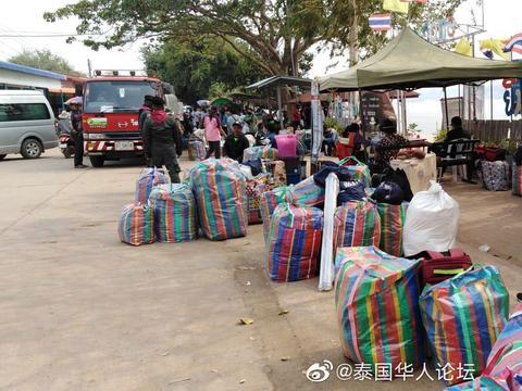乌汶府泰老边境日均数百名老挝劳工办理回国