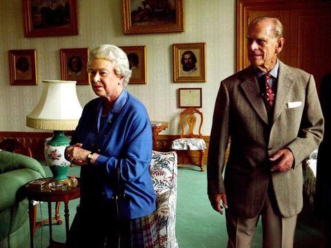 女王和菲利普相伴73年,生活甜蜜:遭到丈夫夸奖,女王脸也会红