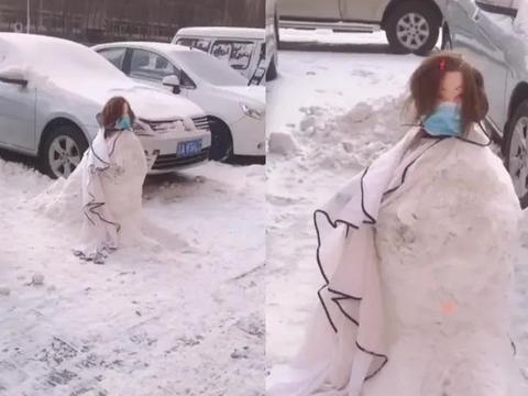 """""""长发女""""雪地里一动不动保持蹲姿,网友走近一看乐坏了"""